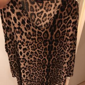 Pronto kjole i leopard print i str. M = 48/50. Brystmål: 134 cm. Længde: 86 cm.