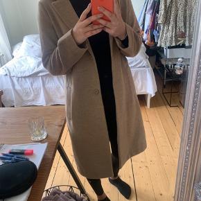 Tynd frakke med blødt finish fra H&M, størrelse 38, den er brugt 3 gange og fremstår som ny.