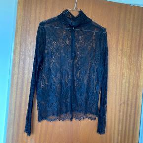 Blonde bluse fra Ganni. Mærkerne er klippet ud, sælges derfor billigt. Passer en 36-38  Kan sendes eller afhentes på Frederiksberg