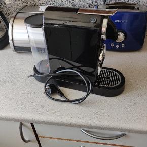 Nespresso D112 kaffemaskine.  Brugt meget lidt, nyligt rengjort og afkalket. Fungerer upåklageligt 😊 Nypris 699