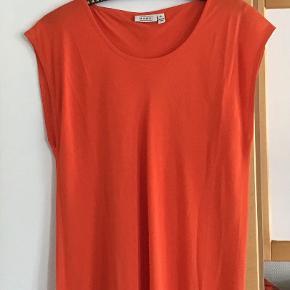 Skøn lang viscose kjole. Aldrig brugt. Måler fra ærmegab til ærmegab 65 cm. Længden 130 cm.