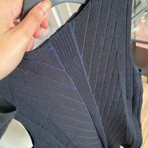 Strikket, elastisk top med mønster ⭐️ Klassisk og fin til ethvert outfit.   Sælges da jeg ikke længere kan passe den.