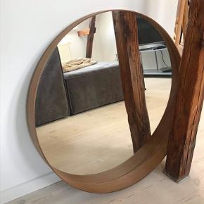Spejl fra Ikea i modellen: Stockholm. Materialet er valnøddetræsfiner. Sælges pga. flytning - det fejler ingenting.   Mål: 60 x 60 cm Nypris: 400 kr  Læs mere om det her: https://www.ikea.com/dk/da/p/stockholm-spejl-valnoddetraesfiner-30446896/?gclid=EAIaIQobChMI0MrA6KTp6wIVidOyCh2OoghyEAQYBCABEgL0HfD_BwE&gclsrc=aw.ds