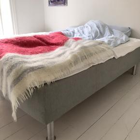 3/4 seng med bredden 1.20 m.   Sengen er 4 år gammel og er således brugt, men fortsat god.  Der er en enkelt plet på den ene side, der ikke fremstår tydelig.   Seng sælges uden topmadras.   Kom med bud.