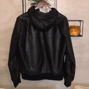 Nike læder jakke. Sælges da jeg ikke bruger den. Fremstår næsten som ny :)