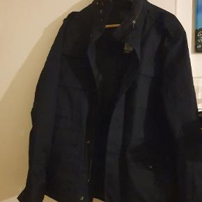 Helt ny lækker herre vinterjakke fra H&M. Det står i den det er en 46, men den fitter mere en S eller M (nok mest S). Den er meget mørk i farven, så vil sige den er mørkeblå/sort. Den sælges billigt, da den bare ligger og fylder. Er frisk på hurtigt handel så byd gerne😊