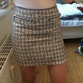 Blå, hvid og sort nederdele, med flotte detaljer.