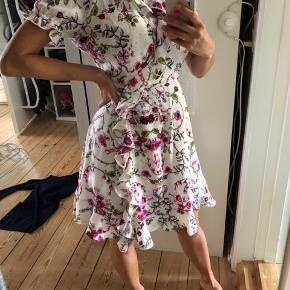 Flot wrap kjole med flæser. Aldrig brugt.   NP 300kr  Mp 100kr esksl porto