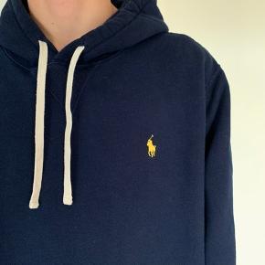 Sælger denne mørkeblå hoodie fra Ralph Lauren.  Np: 1300kr