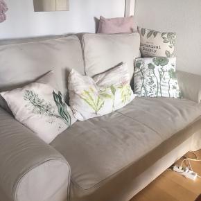 Sovesofa fra IKEA, meget lidt brugt.  Der er desværre ikke plads til at slå den ud hvor den står pt, så der er ikke billeder af den udslået.   Fungerer super godt som både 2 personers sofa og som sovesofa til gæster 🌷   Som set på sidste billede har stoffet en smule slid, det ses dog ikke rigtigt når den er i brug ☺️    Hurtig afhentning prioriteres 🌷