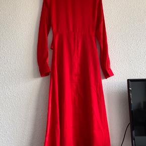 Smuk kjole fra Na-Kd sælges. Kjolen er aldrig brugt og er derfor i perfekt stand. Byd :-)
