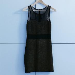 En kort guld/sort kjole. Passer S eller M. Kan ikkehuske mærket. Kan hentes i Charlottenlund eller København.