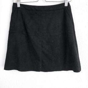 Neo noir nederdel i sort stof   størrelse: Small   pris: 200 kr   fragt: 37 kr