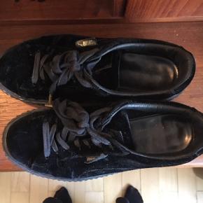Sælger mine Puma rihanna fenty sneakers. De er brugt og har brugsspor men er ellers fin stand og kan sagtens blive brugt noget mere :-)   dustbag og kasse medfølger.   Str 39.