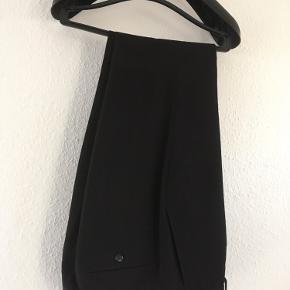 Fint sort jakkesæt fra Lindbergh som er brugt 2 gange af 16-årig dreng! Nypris 999,-
