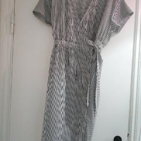 Fik slå-om kjole med striber 🧁 Brugt ganske få gange, fremstår som ny