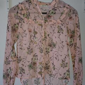 Blomster skjorte med flæser, fra River IslandBrugt få gange og er i meget god stand Np =? Mp = 75kr