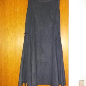 Fantastisk kjole i blødt stof der minder om vaskeskind. Med bælte i taljen
