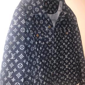 Super sprød jakke!Kan afhentes i Århus C  100% ægte.