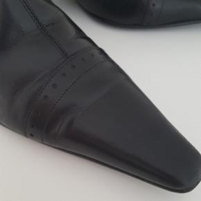 Støvler.  Lækker sort Italiens skøvle med spids snude sælges. Str 39.  Brugt 2 gang. Fejlkøb.  Ny pris 1800 kr.  Sælges for 250kr. Afhentes i Nørresundby. Handler via mobil Pay el kontanter.
