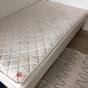 120x200cm seng fra Dream Zone. Købt i Jysk Sengetøjslager. Har altid været brugt med rullemadras, hvorfor både seng og topmadras er i fin stand. Ben og topmadras medfølger naturligvis.