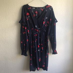 Flot kjole med elastik i taljen og flæsedetaljer på ærmer. Viscose