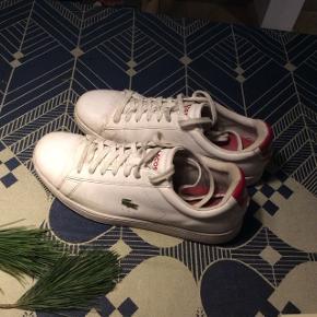 Fine hvide Lacoste sneakers/sko.  Brugt få gange, men har brugspor, som hvide sko nu får.   Lækre at gå i. Jeg er selv en størrelse 40,5 og de har passet perfekt.   Giv et bud