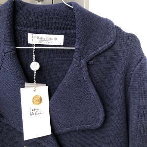 Mørkeblå blazer / jakke str xs, men er stor i størrelsen og passer derfor small bedst.   Helt ny og stadig med prismærke ☺️