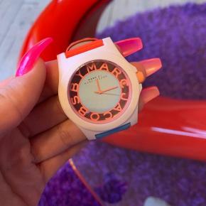 Uret er brugt få gange.   Der er brugsspor på læderet