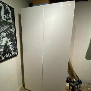 IKEA PAX-garderobeskab i eg m. hvide døre i glans.   201x100x60  Medfølger:  - 6 hylder i eg - 2 alm. skuffer i eg - 1 skuffe m. glasfront i eg - 1 hvid netkurv - 1 garderobestang -  2 greb i stållook (uåbnet og ubrugt)  God stand!  Samlet nypris: ca. kr. 3.000,00  Kan afhentes samlet eller skilles ad efter aftale  Byd gerne!