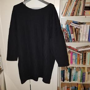"Lækker og lun kjole i sort, lige til at krybe i på en kold dag.  Jeg har en lignende kjole i bordeaux, og du kan få begge kjoler for 275 kr. Den bordeaux har ikke ""kighul"" i nakken, men lynlås.  Materiale: 100% polyester i blød, behagelig kvalitet.  Brystmål: ca. 2 x 68 cm Længde: ca. 91 cm  JEG BETALER FORSENDELSEN!  Lun kjole -eller måske to? Farve: Sort"