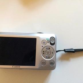 Canon Ixus 105 i god stand. Brugt, men ellers virker det super godt og er et meget nemt anvendeligt kamera. Nemt at have med alle steder grundet størrelse. Der medfølger oplader til batteri og original boks, med alle de originale ting i. Sælges for 200kr samlet.