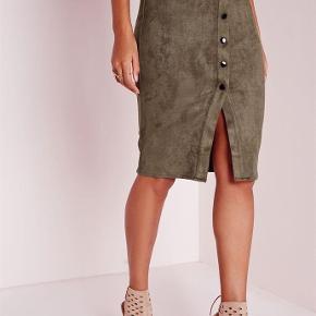Varetype: Nederdel Farve: Khaki grøn Oprindelig købspris: 270 kr.  Materialet er suede. Nederdelen er brugt 2 gange og er så god som ny.