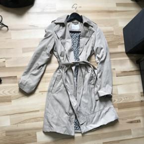 Trench coat fra zara med leopard print indvendig  Str xs