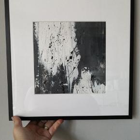 Maleri--akryl på papir i flot sort alu ramme der måler 33x33 cm. Maleriet er malet af Art By Rohmann der har kurser og flere udstillinger bag sig. Maler også på bestilling efter ønske om farver og størrelser. Se mine andre annoncer👌pris pp.
