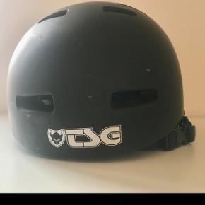 Fin cykel-/skaterhjelm i sort fra TSG. Kun brugt i en ganske kort periode. Har ikke fået slag. Fremstår nærmest ny. Str. L/XL = 57-59 cm. CE-godkendt.