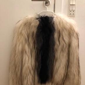 Jeg sælger min Saks Potts pels, da jeg aldrig rigtig har fået den brugt og den bare hænger i skabet.   Kom gerne med bud :-)