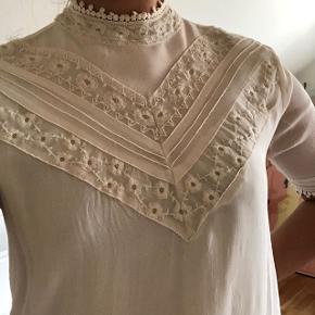 Sælger denne smukke bluse fra MbyM 🤩 i en størrelse small 🌸 brugt 1-2 gange 💫 np: 500,- Fragt: 40,- 📦