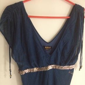 Kjole fra Killah.  Længde fra skulder og ned 98cm . Over bryst 30 Bemærk at det er en kjole med stræk.