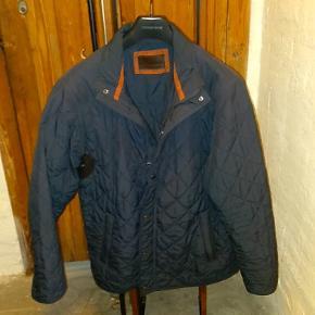 Rigtig lækker og varm, men stadig let jakke fra Bison. Perfekt som overgangsjakke. Den er brugt et par gange.  Det er en str. m. men fitter stort.  350,-