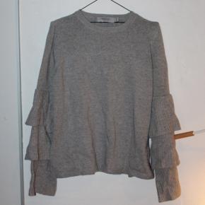Lækker sweater fra Dressforsucess! Det er en one size og har nærmest ikke brugt den.