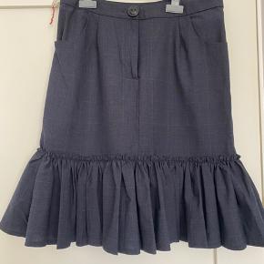 Super fin nederdel. Kan bruges i sommervarmen eller efterår med strømpebukser. Passes af en stor small eller lille medium.
