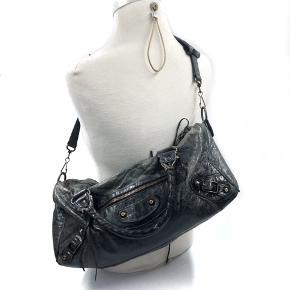 Læderet har slid, især i kanterne, kan med fordel behandles med læderfedt.  Originalt spejl medfølger.  Mål: 37x18x18cm  Skriv endelig ang. mere info.  No. 1042