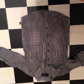 Brand: Tappa. Nakki Varetype: Skjorte Størrelse: 10 Farve: Tern Prisen angivet er inklusiv forsendelse.  Rigtig fin og anvendelig skjorte som er brugt ca. 5 gange.