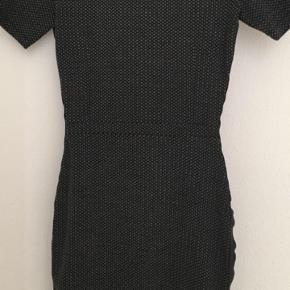 Kjolen er aldrig brugt. Længde: 87 cm.