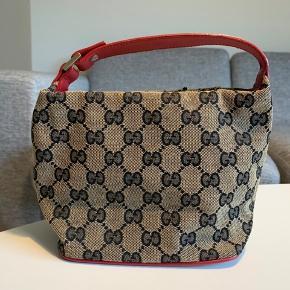 Rigtig fin lille Gucci-taske. Har nogle tegn på brug som kan ses på billederne, men er i rigtig god stand og meget velholdt. 💥  Måler 13cm i højden fra taskens top til bund, og 17 fra remmens top, til bunden af tasken. 21,5cm på langs.