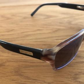 Smarte Polaroid solbriller. Der er en lille rids på venstre glas.