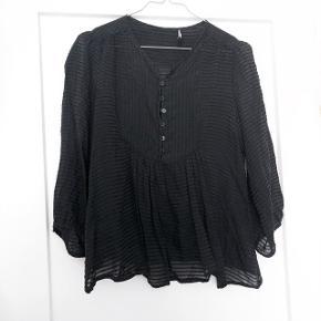 Isabel Marant skjorte i sort   Størrelse: 1 men svare til en S   Pris: 300 kr   Fragt: 37 kr