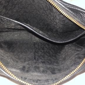 Guld hardware   Læder bliver kun pænere af at blive brugt derfor ikke tydelige brugstegn😊 men den har et par år på bagen (ca. 5 år)
