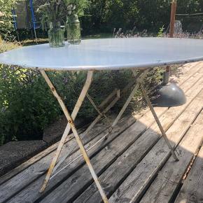 Flot gammelt fransk havebord i metal og super flot stel. Diameter 97 cm og højde 73 cm